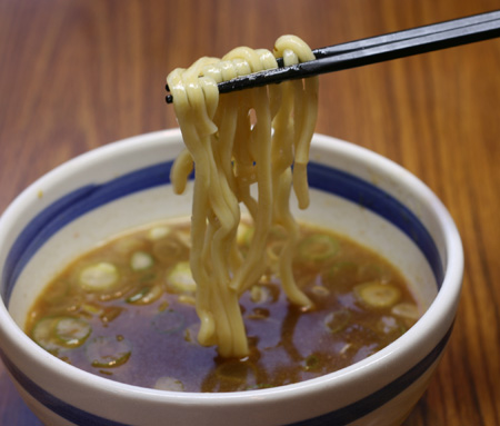 100402_麺や大蔵様_麺を持ち上げる